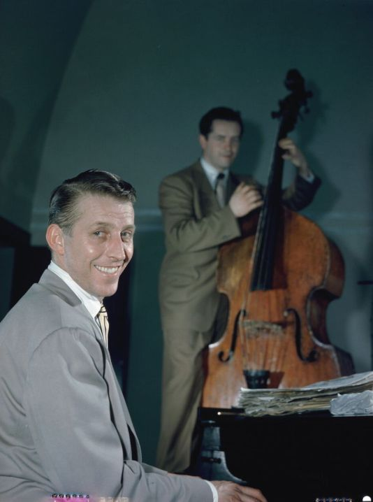 800px-stan_kenton_and_eddie_safranski_1947_or_1948_william_p-_gottlieb_04871