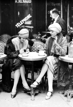 martin-munkacsi-two-women-having-coffee